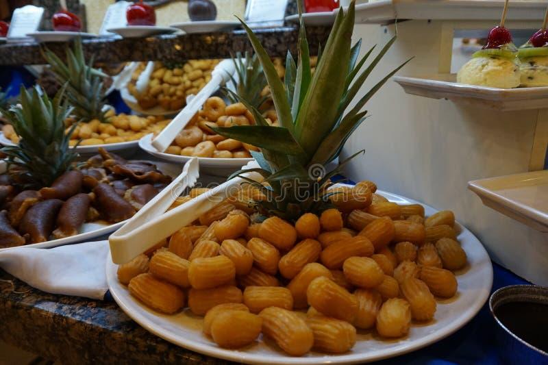 Tulumba turco tradicional da sobremesa - em uma tabela belamente decorada no restaurante do hotel imagem de stock