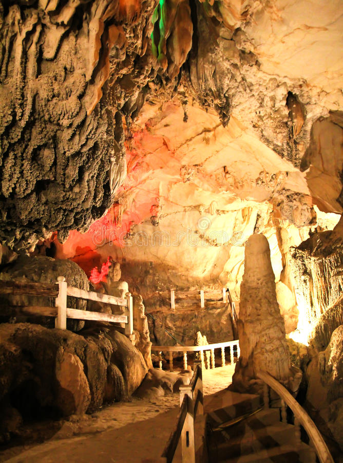 Tum Jung Cave em Vang Vieng fotografia de stock royalty free
