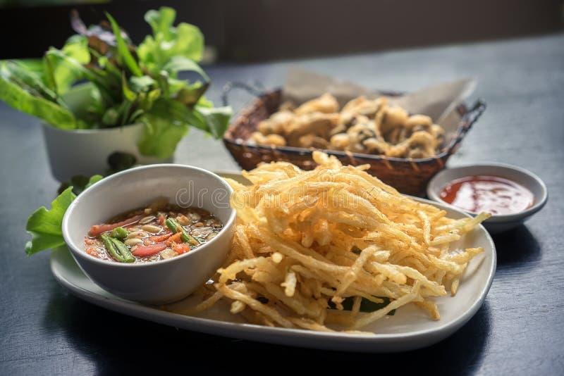 Tum profundo Tod de Fried Green Papaya Salad Som nombrado en tailandés con sabroso de la preparación del Tum del som, amargo y pi fotografía de archivo libre de regalías