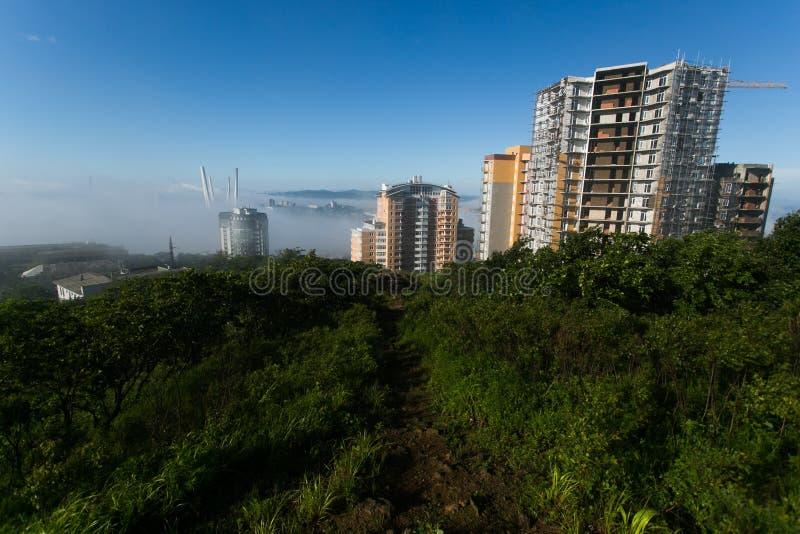 Tuman在符拉迪沃斯托克  在雾掩藏的俄国和金黄桥梁的定向塔 免版税库存图片