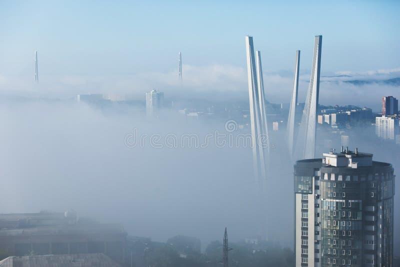 Tuman在符拉迪沃斯托克  在雾掩藏的俄国和金黄桥梁的定向塔 库存图片