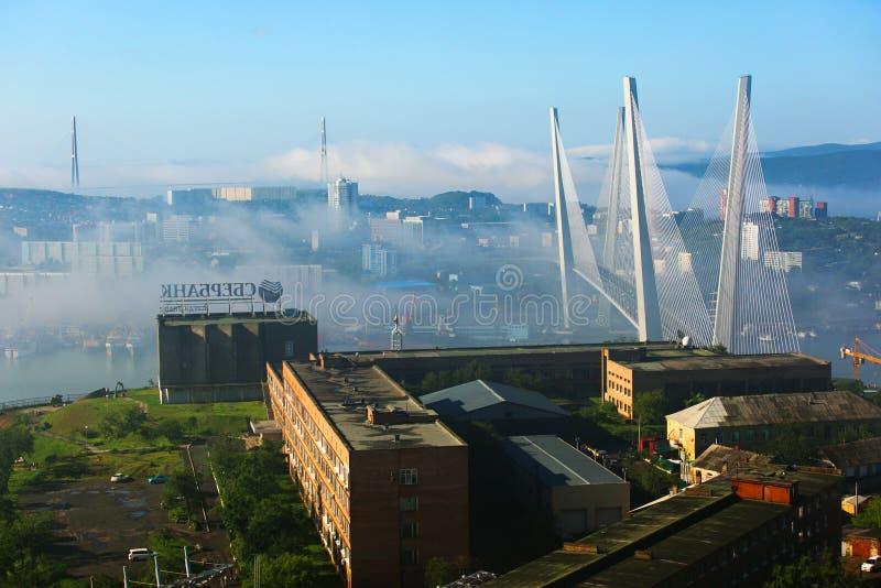 Tuman在符拉迪沃斯托克  在雾掩藏的俄国和金黄桥梁的定向塔 免版税库存照片
