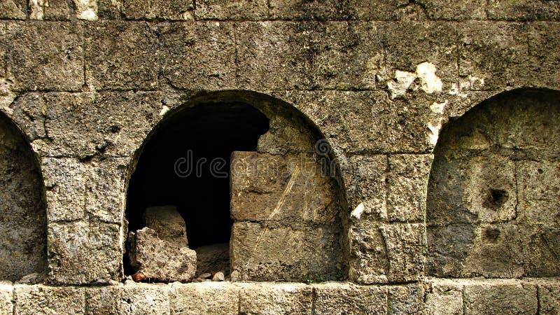 Tumba de piedra abierta vieja del entierro fotos de archivo libres de regalías