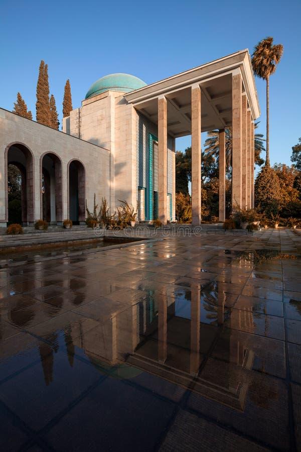 Tumba de Saadi en Shiraz Reflected en piso mojado en Sunny Day con el filtro caliente foto de archivo libre de regalías