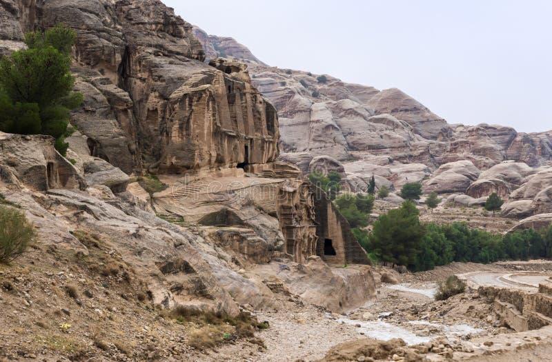 Tumba del obelisco al principio del camino que lleva al Petra - la capital del reino de Nabatean en la ciudad de Wadi Musa en Jor imagen de archivo