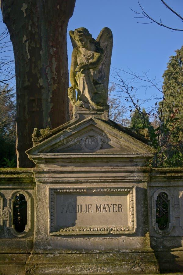 Tumba grave con la escultura de piedra de un ángel en el cementerio del ` de Melatenfriedhof del `, Colonia imagen de archivo