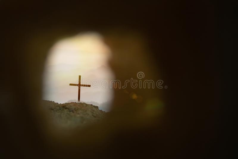 Tumba vac?a con la crucifixi?n en la salida del sol fotografía de archivo libre de regalías