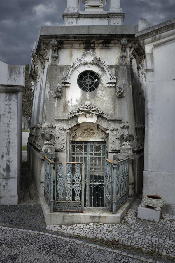 Tumba vieja espeluznante del cementerio fotos de archivo libres de regalías