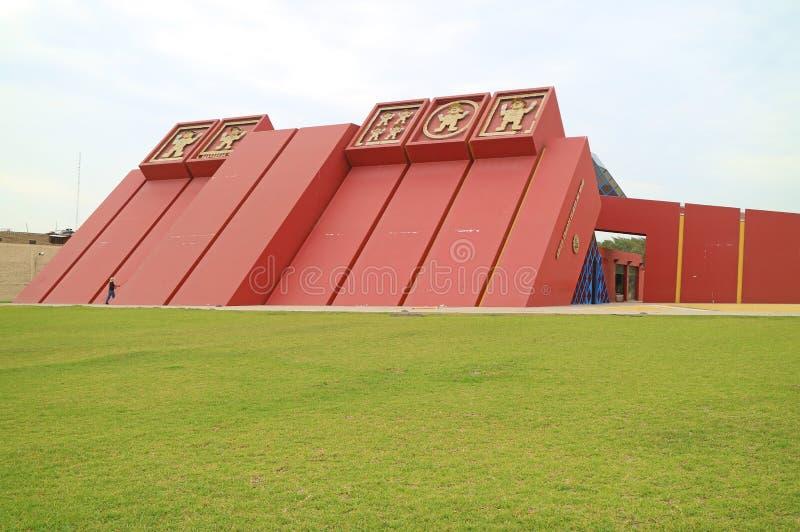 Tumbas reales increíbles del museo con su exterior imponente, Lambayeque, Chiclayo, Perú de Sipan foto de archivo