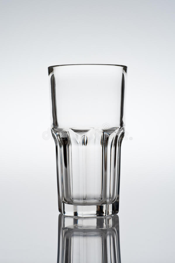 Tumbler coctailexponeringsglas på lutningbakgrund royaltyfri fotografi