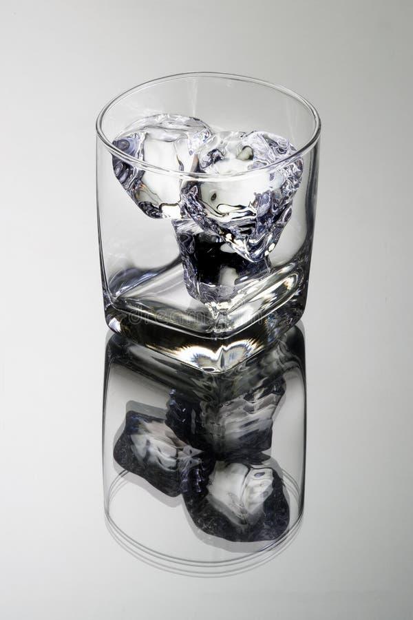 Tumbler de vidro vazio com cubos de gelo imagem de stock royalty free