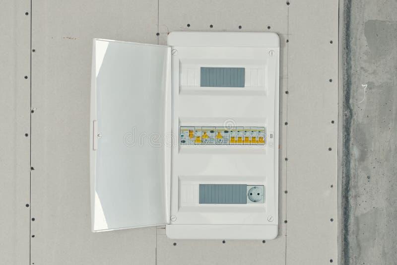 Коммутатор напряжения тока с автоматами защити цепи стоковая фотография rf