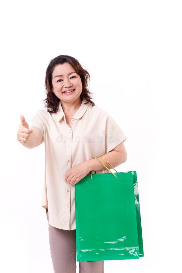 Tumma upp gest från den lyckliga mitt åldras asiatisk kvinna arkivfoto
