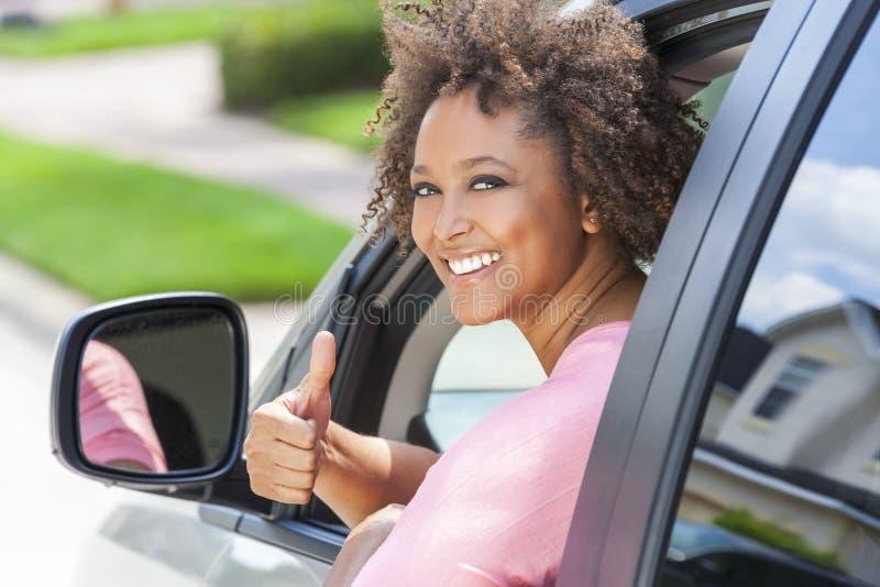 Tummar för afrikansk amerikanflickakvinna som kör upp bilen royaltyfria bilder