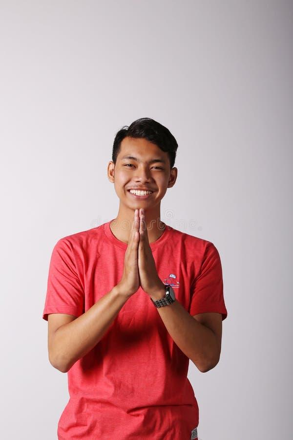 Tummar up den asiatiska pojken arkivfoton