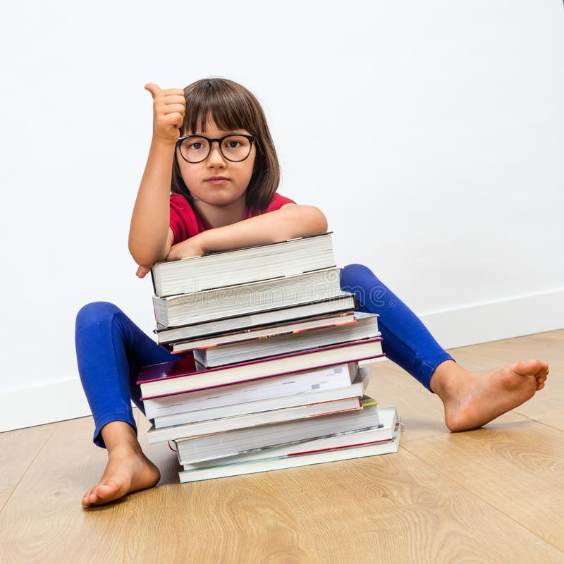 Tummar upp för smart utbildning och läseböcker för barn arkivbild