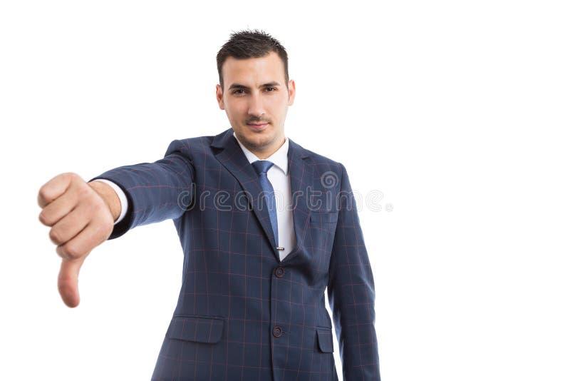 Tummen för affärspersonvisningen gör en gest ner royaltyfri bild