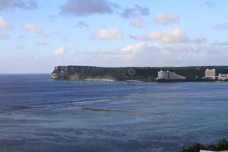 从Tumon海滩的两个恋人点在关岛 图库摄影