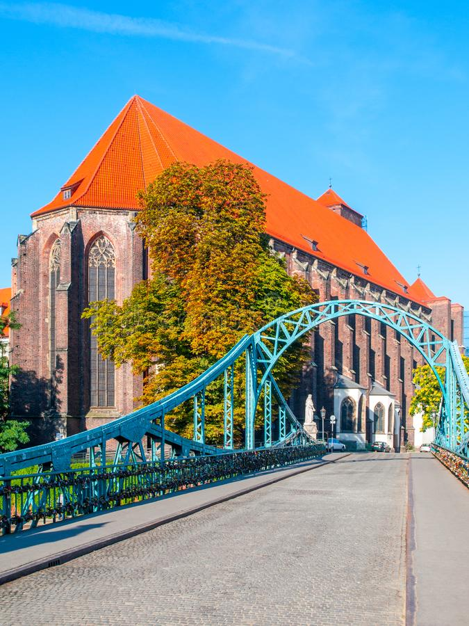 Tumski Bridge in Wroclaw met het oog op de St Mary Church, Polen royalty-vrije stock afbeeldingen