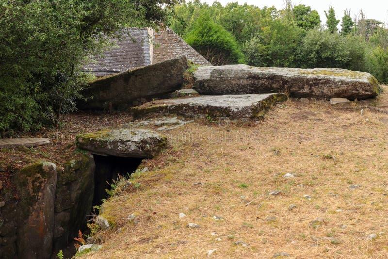 Tumulus Mane Lud perto de Locmariaqur, na Bretanha, França foto de stock