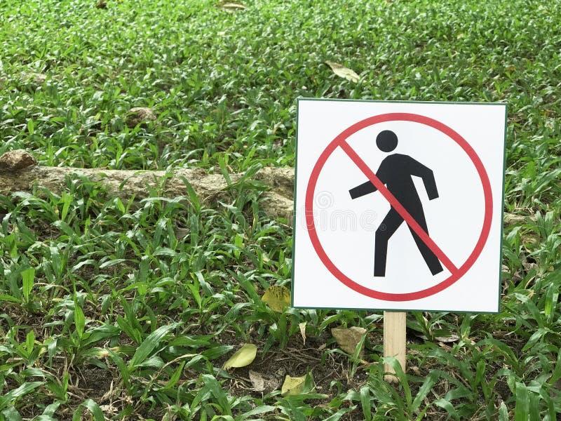Tun Sie nicht Eintrittszeichen auf dem grünen Gras stockbild