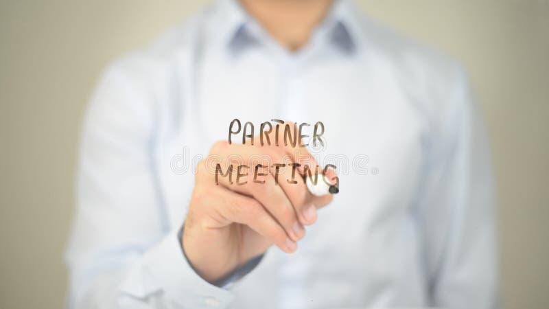 Tun Sie sich Sitzung, Mannschreiben auf transparentem Schirm zusammen lizenzfreies stockfoto