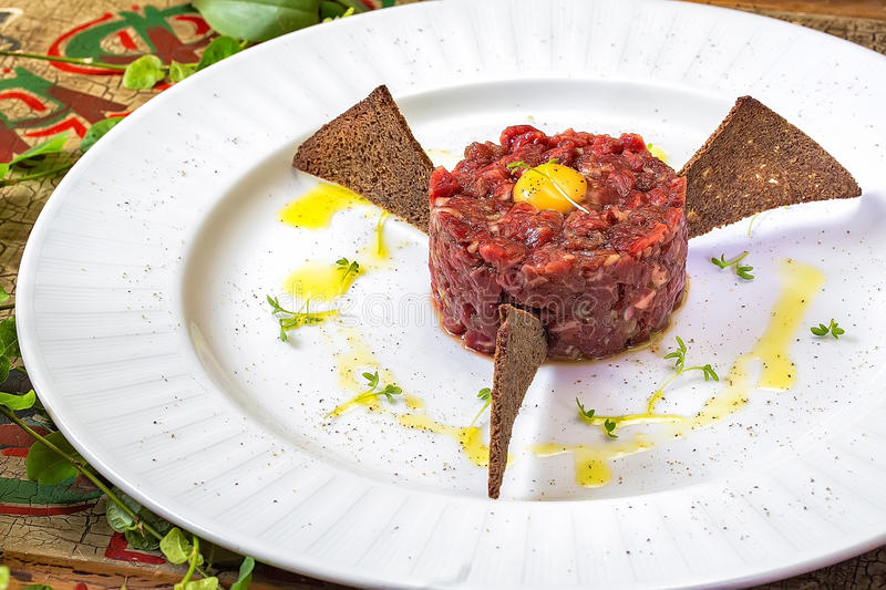 Tuna carpaccio with crispy croutons royalty free stock photos