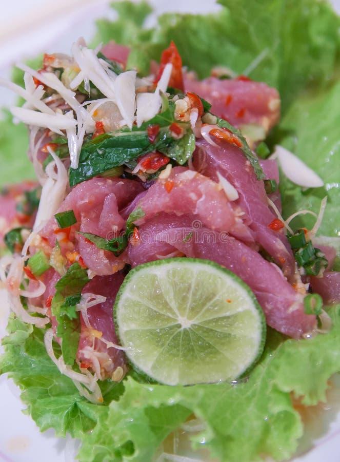 Tuna Katsuo Thai Style picante com vegetais fotografia de stock royalty free