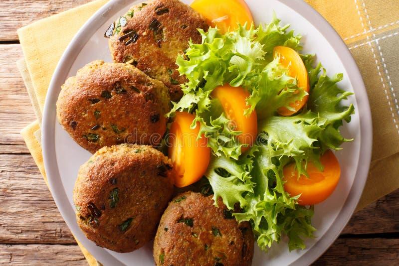 Tuna Patties avec les pommes de terre et le plan rapproché frais de salade des épices h sur a photographie stock libre de droits