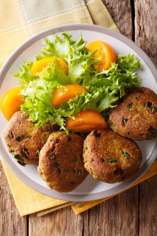 Tuna Patties avec les pommes de terre et le plan rapproché frais de salade des épices h sur a photographie stock