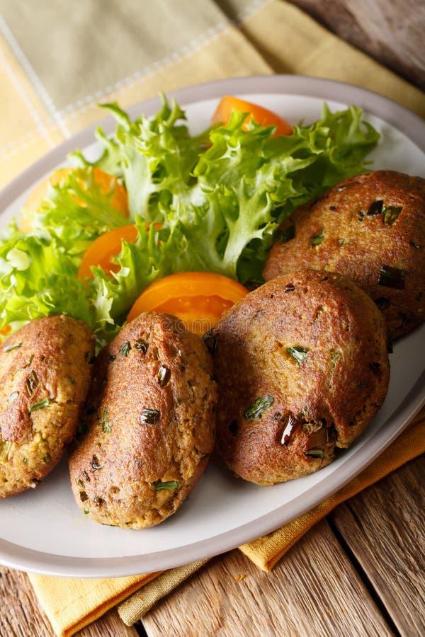 Tuna Patties avec les pommes de terre et le plan rapproché frais de salade des épices h sur a photo stock