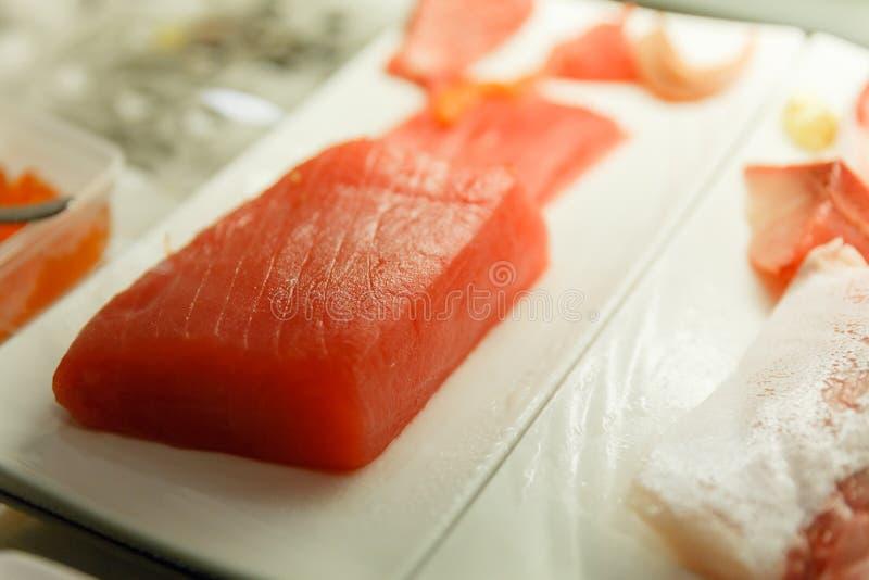 Tuna Preparing för framställning av sushi royaltyfria bilder