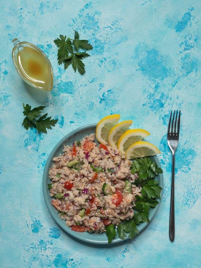 Tuna Rice Salad in einer Platte auf blauer Tabelle Beschneidungspfad eingeschlossen lizenzfreies stockbild