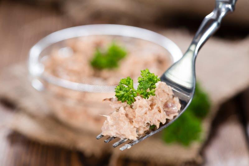 Tuna Salad auf einer Gabel stockbilder
