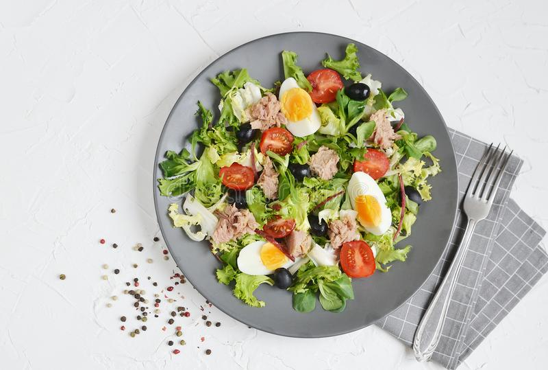 Tuna Salad Cabbage Arugula Oil-Pfeffer-Tomaten Cherry Eggs stockbilder