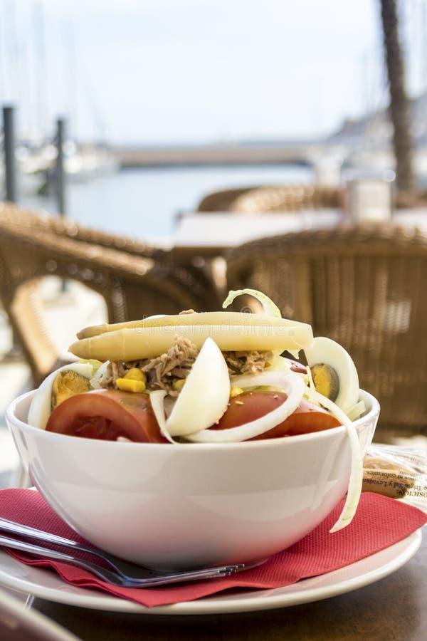 Tuna Salad en un restaurante imagen de archivo libre de regalías