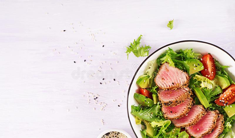 Japanese traditional salad with pieces of medium-rare grilled Ahi tuna stock photos
