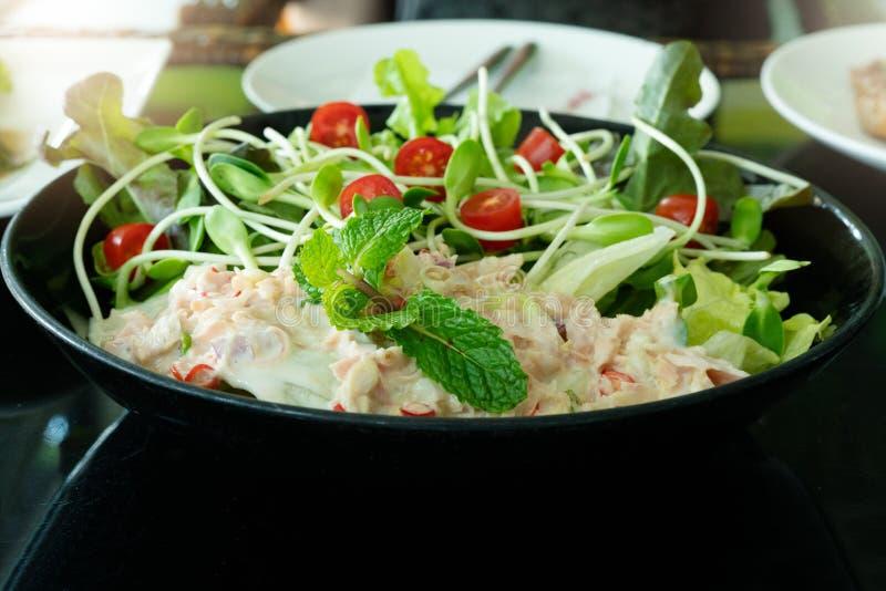 Tuna Salad med den nya mintkaramellen och den körsbärsröda tomaten Hemmet gjorde mat Begrepp för ett smakligt och sunt mål royaltyfri foto