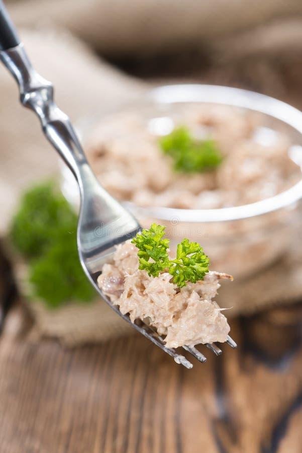 Tuna Salad på en gaffel royaltyfria bilder