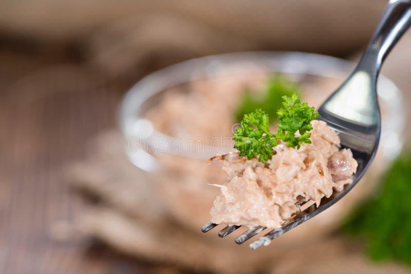 Tuna Salad på en gaffel royaltyfri foto