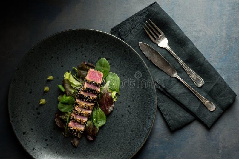 Tuna Steak asada a la parrilla con la salsa de la ensalada y del Wasabi imagenes de archivo