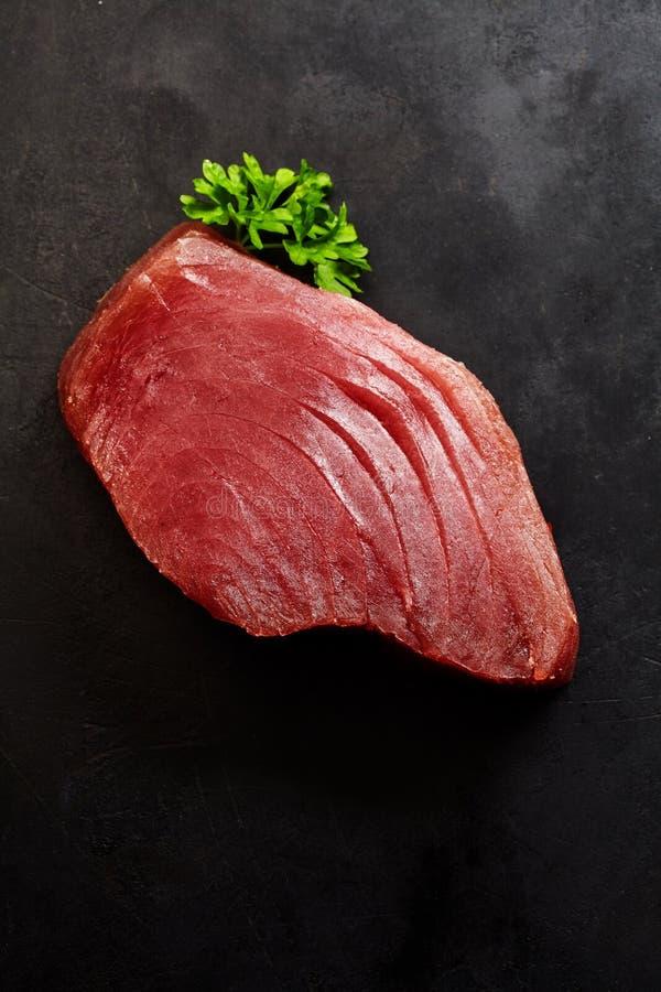 Tuna Steak crua com Herb Garnish verde fresco fotos de stock