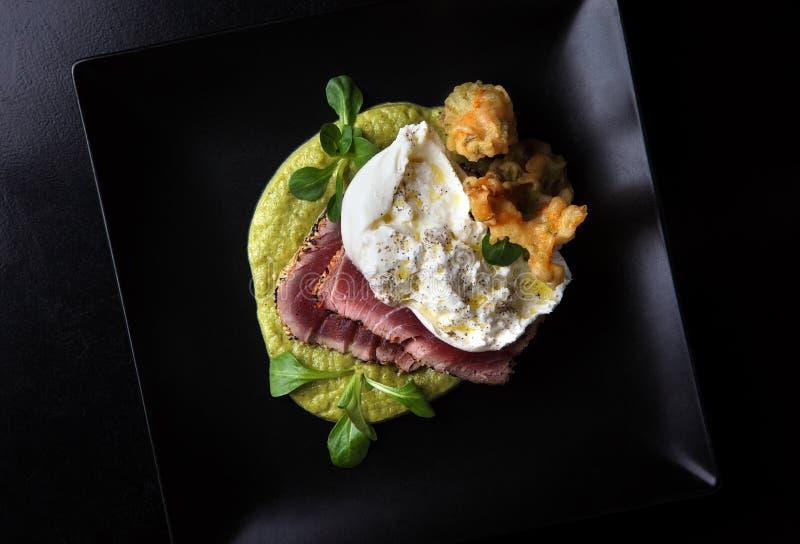 Tuna Steak op zwarte schotel stock afbeeldingen