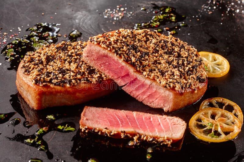 Tuna Steaks asada con la corteza de la semilla de sésamo fotos de archivo