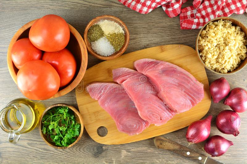 Tuna Steaks asada a la parrilla con las verduras y el arroz moreno - preparaci?n entera de la receta fotos de archivo libres de regalías