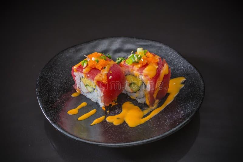 Tuna Sushi Roll crua com molho picante imagens de stock royalty free