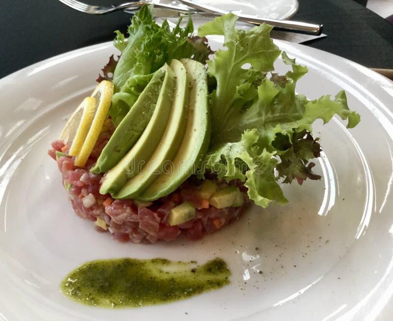 Tuna Tarta, Avocado-Scheiben mit Grün stockfotografie