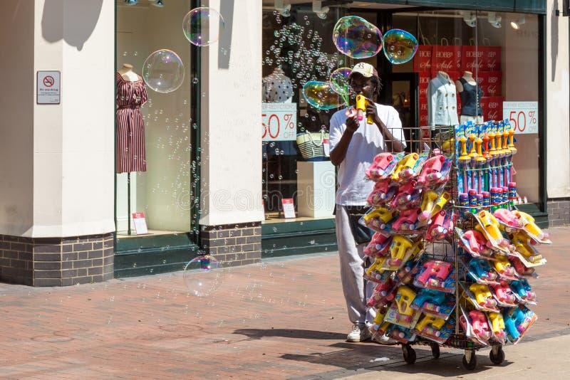 TUNBRIDGE维尔斯, KENT/UK - 6月30日:引起许多bubb的人 免版税库存照片