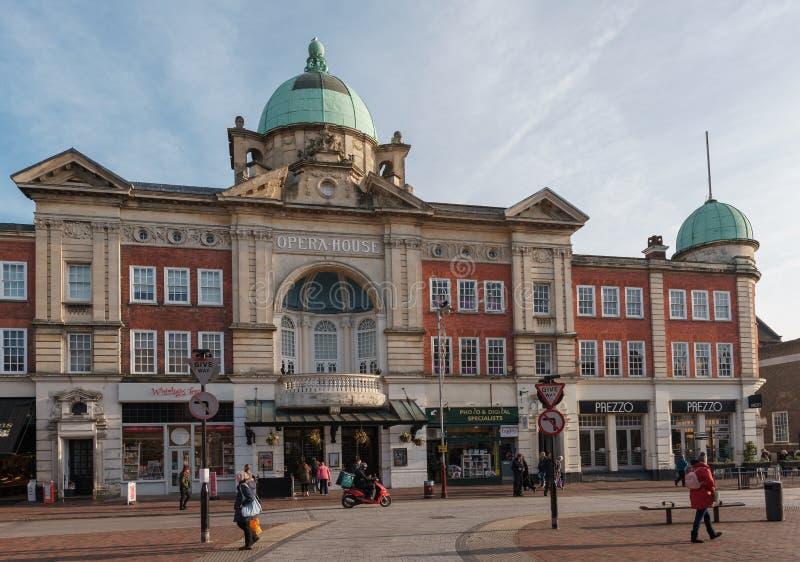 TUNBRIDGE-BRUNNAR, KENT/UK - JANUARI 4: Sikten av operahuset i kungliga Tunbridge väller fram Kent January 4, 2019 Oidentifierat  royaltyfria foton