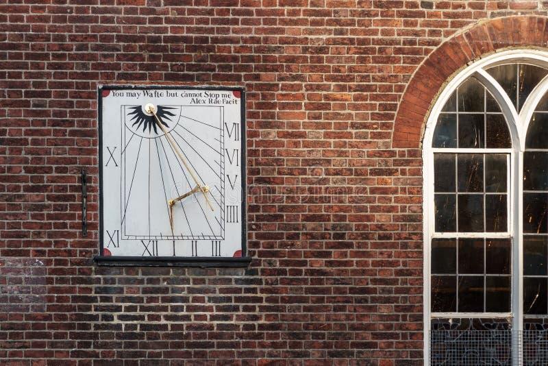 TUNBRIDGE PUTTEN, KENT/UK - 4 JANUARI: De Kerk van de zonnewijzerparochie van Koning Charles The Martyr in Koninklijke Tunbridge- stock foto